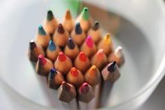 Arcobaleno affilato alto vicino colorato dei pastelli delle matite molto scelta fotografie stock