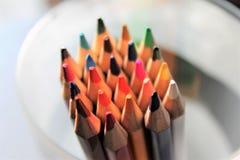 Arcobaleno affilato alto vicino colorato delle matite molto scelta fotografie stock libere da diritti