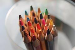 Arcobaleno affilato alto vicino colorato delle matite molto scelta fotografie stock