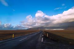 Arcobaleno all'estremità della strada Fotografia Stock