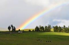 Arcobaleno alla montagna Fotografia Stock