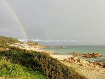 Arcobaleno alla spiaggia immagini stock