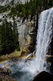 Arcobaleno alle cadute primaverili in parco nazionale di Yosemite Immagini Stock Libere da Diritti