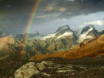 Arcobaleno in alpi svizzere, Svizzera. Immagini Stock