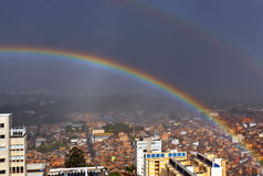 Arcobaleno che inding nei bassifondi Sao Paulo, Brasile immagini stock