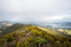 Arcobaleno con il paesaggio della penisola di Otago Fotografie Stock