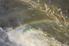 Arcobaleno contro lo sfondo di acqua Immagine Stock