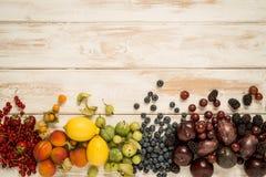 Arcobaleno della frutta su legno Fotografia Stock
