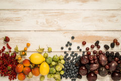 Arcobaleno della frutta su legno Fotografia Stock Libera da Diritti