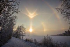 Arcobaleno di inverno in Russia nell'alone della foresta immagini stock