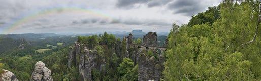 Arcobaleno di Saxon Svizzera di panorama nel cielo Immagine Stock