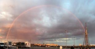 Arcobaleno dietro una barca a vela, porto di Skagen Fotografie Stock