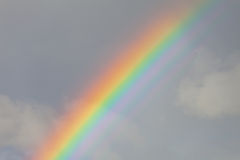 Arcobaleno nel cielo nuvoloso Fotografia Stock