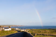 Arcobaleno nella conclusione irlandese rurale della campagna nel Mare di Irlanda Fotografia Stock Libera da Diritti