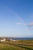 Arcobaleno nella conclusione irlandese rurale della campagna nel Mare di Irlanda Immagini Stock