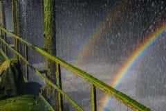 Arcobaleno nelle goccioline di acqua in un vecchio impianto industriale per fresco Immagini Stock