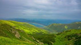 Arcobaleno nelle montagne archivi video