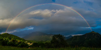 Arcobaleno reale sopra un piccolo villaggio Immagini Stock Libere da Diritti