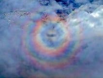 Arcobaleno rotondo visto durante il volo immagine stock