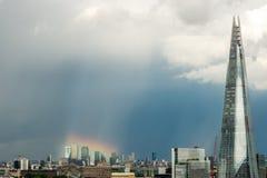Arcobaleno sopra Canary Wharf immagine stock libera da diritti