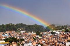Arcobaleno sopra i bassifondi, Sao Paulo, Brasile immagine stock libera da diritti