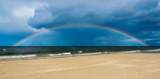 Arcobaleno sopra il Mar Baltico dopo la pioggia fotografia stock