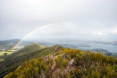 Arcobaleno sopra il paesaggio della penisola di Otago, Immagine Stock