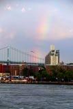 Arcobaleno sopra il ponte ed East River di Triborough fotografie stock libere da diritti