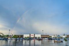 Arcobaleno sopra il supermercato del ` s della frittura immagini stock