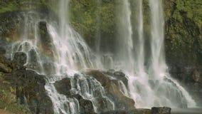 Arcobaleno sopra la bella cascata con le rocce ripide archivi video