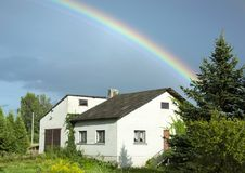 Arcobaleno sopra la casa Immagine Stock Libera da Diritti