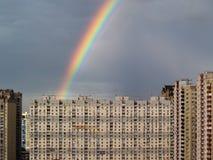 Arcobaleno sopra la città Fotografie Stock Libere da Diritti