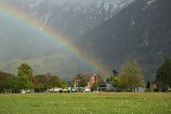 Arcobaleno sopra la città di Interlaken, Svizzera Fotografie Stock Libere da Diritti