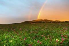 Arcobaleno sopra la collina al tramonto, collina di Kozakov, repubblica Ceca Fotografia Stock Libera da Diritti