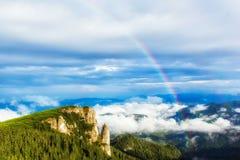 Arcobaleno sopra la montagna Fotografie Stock