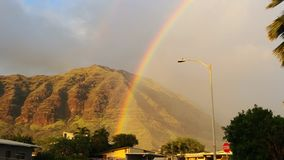 Arcobaleno sopra la montagna immagini stock libere da diritti