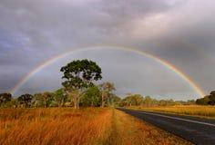 Arcobaleno sopra la strada campestre australiana Immagini Stock Libere da Diritti