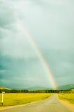 Arcobaleno sopra la strada in montagna Altai La Russia Immagine Stock Libera da Diritti