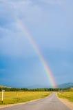 Arcobaleno sopra la strada in montagna Altai La Russia Fotografia Stock Libera da Diritti