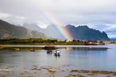 Arcobaleno sopra le isole di Lofoten immagine stock