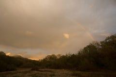 Arcobaleno sopra le montagne Immagini Stock