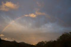 Arcobaleno sopra le montagne Fotografia Stock