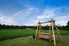 Arcobaleno sopra oscillazione di bambù in giardino Immagini Stock Libere da Diritti