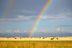 Arcobaleno sopra un giacimento del fieno San Luis Valley, Colorado Fotografie Stock Libere da Diritti