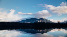 Arcobaleno sopra una montagna archivi video