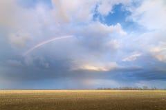 Arcobaleno su un campo abbandonato Immagini Stock