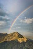 Arcobaleno sul cielo sopra i picchi di montagne in Romania fotografia stock libera da diritti