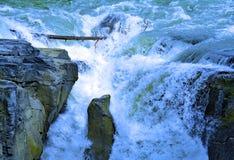 Arcobaleno in Sunwapta Falls dal fiume di Sunwapta in diaspro del parco nazionale, Alberta, Canada Immagine Stock Libera da Diritti