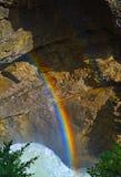 Arcobaleno Sunwapta Falls dal fiume di Sunwapta in diaspro del parco nazionale, Alberta, Canada Immagine Stock