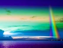 arcobaleno veritcal sul cielo freddo sopra la città Fotografia Stock Libera da Diritti
